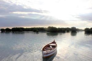liten båt på stranden foto