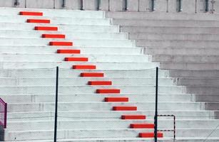 röda steg i fotbollsstadion blekare foto