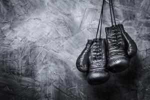 gamla boxhandskar foto