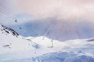 skidbacke och linbana på skidorten elbrus foto