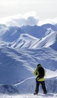 snowboardåkare på off-back sluttning foto