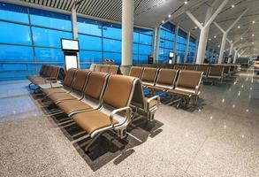 bänk på flygplatsen foto