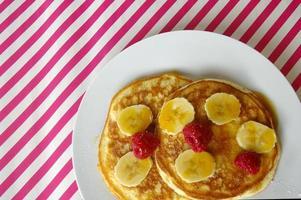 frukostkrumpor med banan och hallon foto