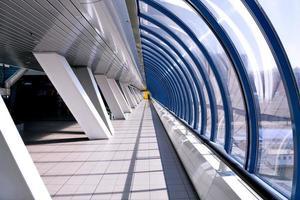 minskande hall inne i tunnelbanestationen foto
