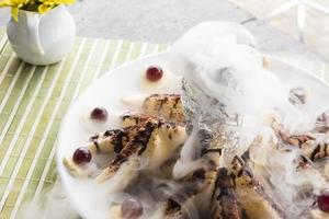 honungskål och banan med torr is på bordets bakgrund foto