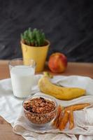 granola med mjölk foto