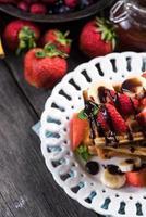 söta våfflor med frukt och choklad foto