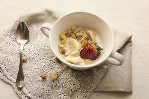 hälsosam mat - spannmål med jordgubbar foto