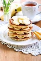 hög med bananpannkakor foto