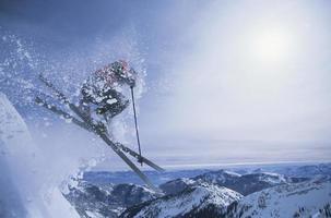 person på skidor hoppar över sluttningen foto