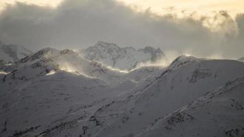 österrikiska berg med drivande snö