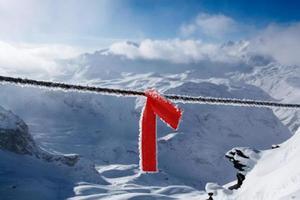 röd varningsskredremsa i tignes, franska alper foto