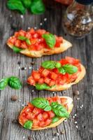 tomatbruschetta med tomater och basilika foto