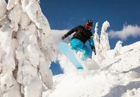 snowboardåkare vid hopp foto