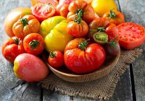 blandade tomater på träytan foto