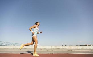 ung kvinna springer foto
