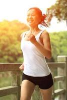 hälsosam livsstil kvinna kör foto