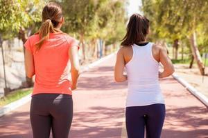 unga kvinnor springer utomhus foto