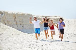 springer ner stranden foto