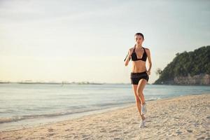 kvinna kör strandstrand foto
