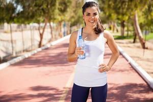 söt kvinna dricksvatten foto