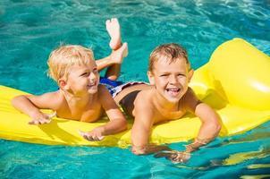 barn njuter av sommardag vid poolen foto