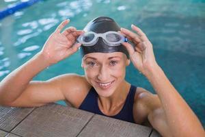 närbild porträtt av kvinnlig simmare i poolen foto
