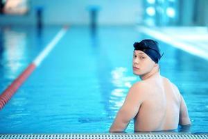 ung man i poolen foto