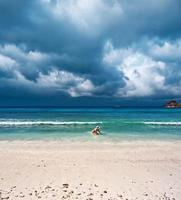 kvinnan simmar i havet foto