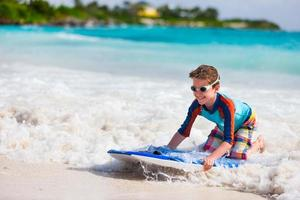 pojke som simmar på boogie board foto