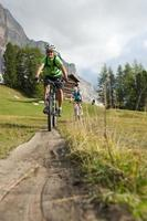 moutainbike trail downhill - inte ensam foto