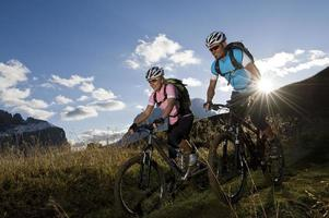 glädje av mountainbike sport foto