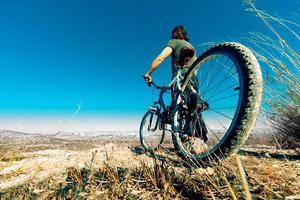 mountainbike och ung man foto