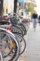 parkerade cyklar på trottoaren i staden foto