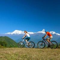 cykelfamilj i himalaya bergen, anapurna-regionen foto