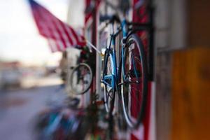 cyklar och amerikanska flaggan foto