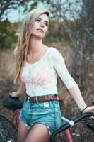 vacker flicka hipster cykel