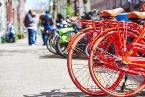 cyklar på gatan i staden