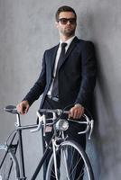ser perfekt ut med sin nya cykel. foto