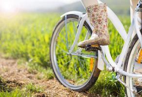 detial av ung kvinna med cykel foto