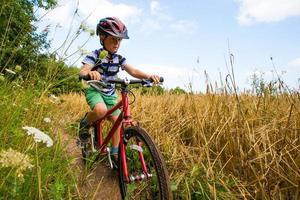 ung pojke på en mountainbike foto