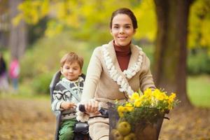 mamma och liten pojke på en cykel foto