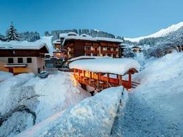 upplyst skidort i madonna di campiglio på morgonen foto