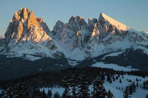 sassolungo och sassopiatto berg i solnedgång, Trentino alto adige, Italien foto