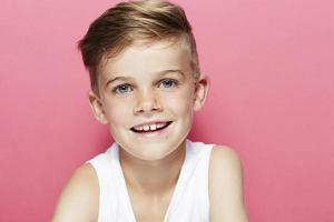 porträtt av ung pojke i väst, leende foto