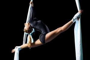 ung kvinna gymnast foto