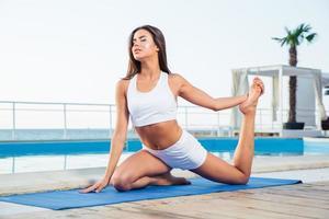 kvinna som gör yogaövningar utomhus foto