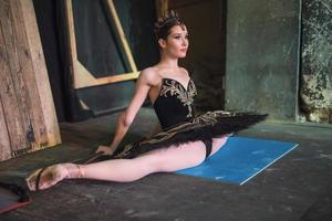 ballerina som sitter på uppvärmningen foto
