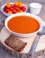tomatsoppa med torkade örter, chili, tomater foto
