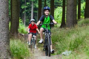 familj cykling foto